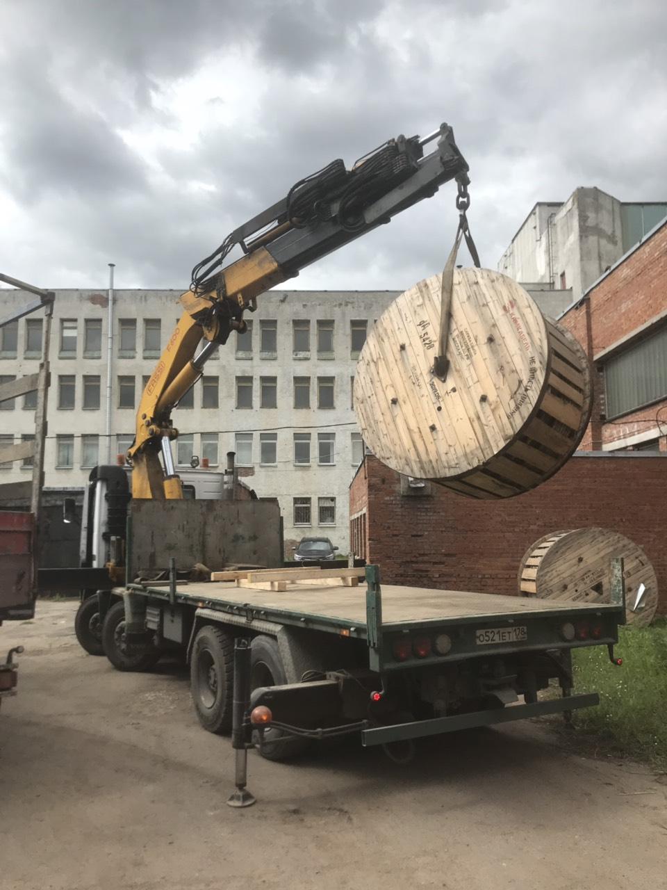 разгрузка манипулятором 5-тонных катушек